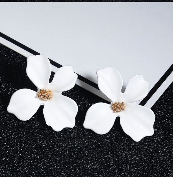 ccortez62015 Jewelry - 🌸$10 3/$25 WHITE KOREAN FLOWER STUD EARRING